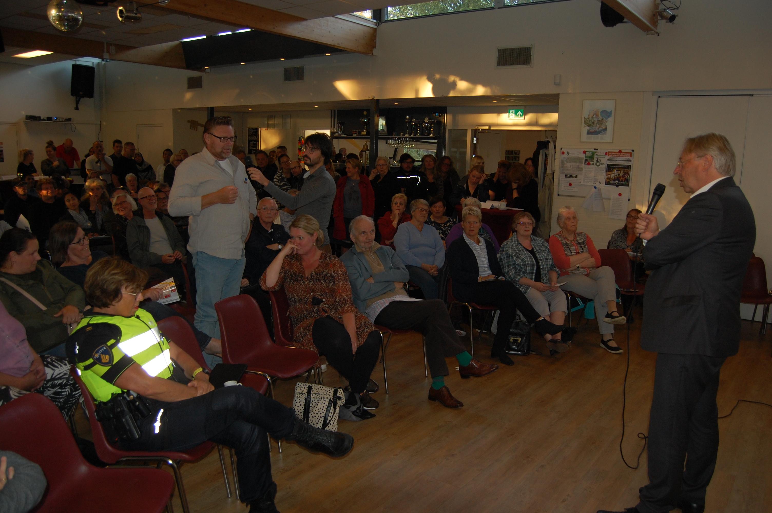 Bewoners in gesprek met burgemeester Den Oudsten tijdens de veiligheidsbijeenkomst